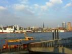 Anlegestelle vor dem Theater: Man kann das Theater auch mit der eigenen Fähre von Hamburg erreichen